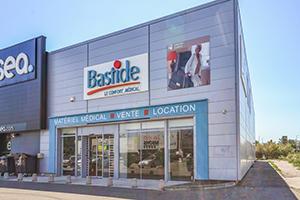 façade enseigne magasin vitrine parking handicapé bastide arles